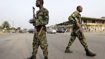 Zwei Soldaten in den Strassen von Abidjan