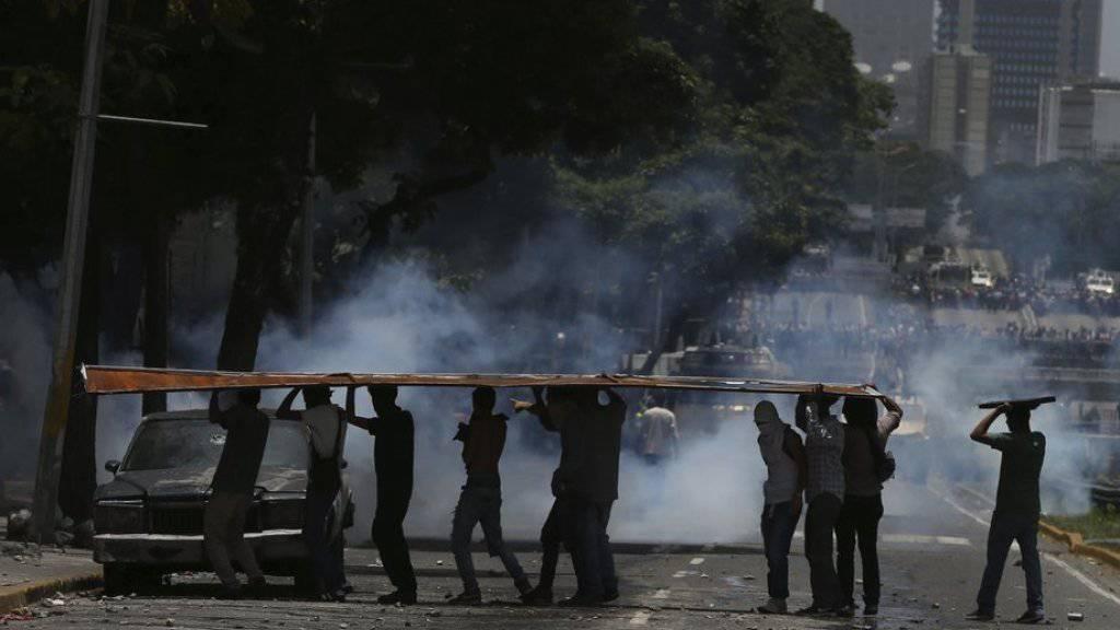 Die Polizei versucht, mit Tränengas und Strassenblockaden in der venezolanischen Hauptstadt Caracas eine Grosskundgebung der Opposition gegen den Präsidenten Nicolás Maduro zu stoppen.