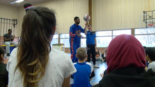Basketballstars trainieren mit Regensdorfer Kindern