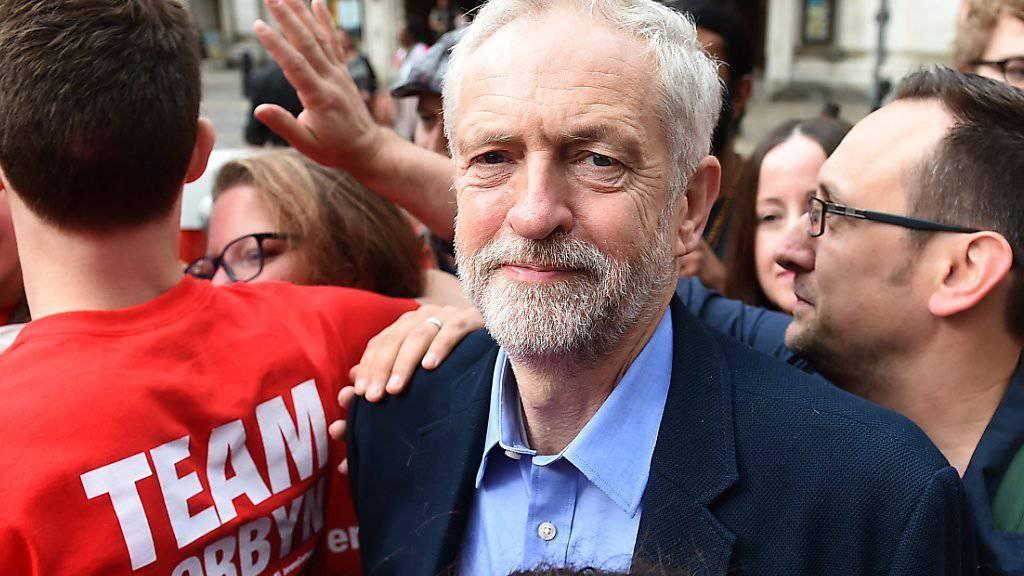 Jeremy Corbyn wird neuer Chef der britischen Labour-Partei. Corbyn, hier bei der Ankunft zum sonderparteitag in London,  gilt als linker Rebell innerhalb der Partei.