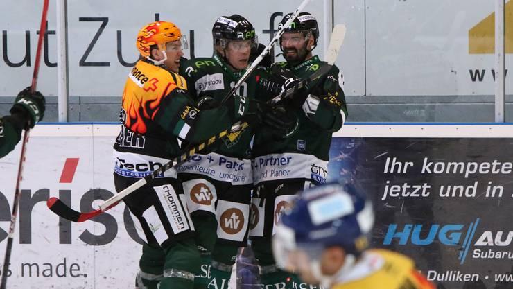 Im ersten Derby der Saison feiern Cédric Schneuwly, Ueli Huber und Marc Grieder das 1:0, am Ende gewann Olten mit 3:1