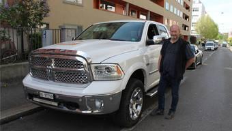 «Es gibt Strassen, da muss ich auf den Trottoirrand mit den Rädern»: Christian Mettmann mit seinem Dodge. bwi