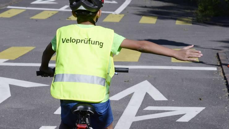 Ob bis 12-jährige Kinder auf Trottoirs Velo fahren dürfen, ist in einer Vernehmlassung umstritten. Befürchtet wird, dass die Sicherheit der Fussgänger leidet. (Themenbild)