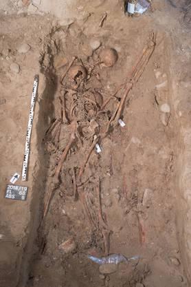 Die Überreste eines jungen Mannes, die im Massengrab aufgefunden wurden.