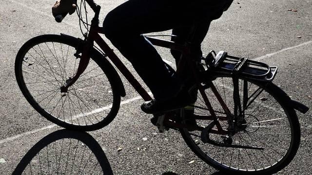 Ein 35-jähriger Velofahrer ist am Montagabend in Birsfelden mit einem parkierten Auto kollidiert und gestürzt. (Symbolbild)