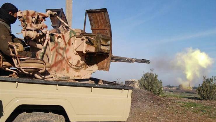 Ein Kämpfer der Terrororganisation Islamischer Staat bei Gefechten mit kurdischen Milizen in Syrien.