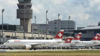 Nur wenige Bundesangestellte nutzen die Reise-Vergünstigungen der Bundesverwaltung: Flugzeuge der Swiss in Zürich (Archiv)