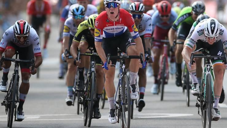 Fabio Jakobsen (Mitte) zog sich bei seinem Sturz gravierende Verletzungen zu