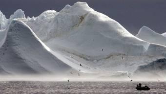 Das warme Wetter hat letztes Jahr in Grönland mehr Eis schmelzen lassen als prophezeit. Der Meeresspiegel weltweit stieg um zwei Millimeter. Das scheint nicht viel, aber mit der Zeit machts was aus. (Archivbild)