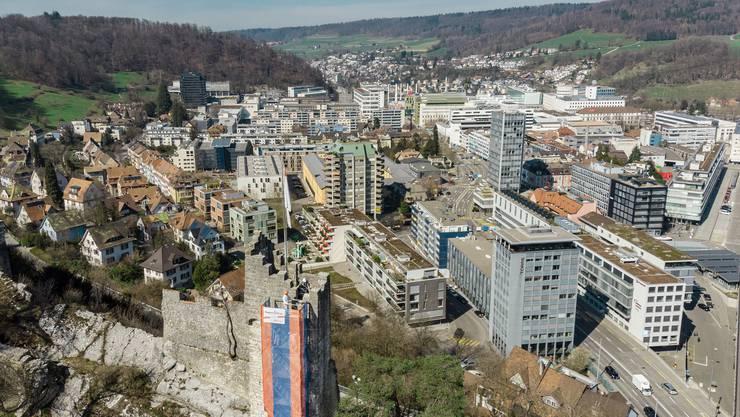 Hochhäuser, Wohnquartiere und das ABB-Areal (hinten): Das Martinsbergquartier gilt als gelungenes Beispiel für verdichtetes Bauen.