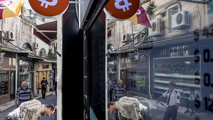 Die derzeitige Bergfahrt der Digitalwährung Bitcoin beschleunigt sich weiter. Im Bild eine Bitcoin-Wechselstube im Grossen Basar in Istanbul. (Archivbild)
