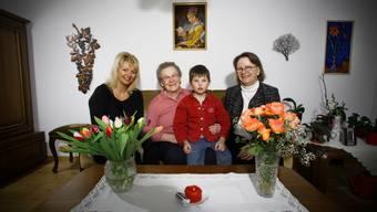 Die Vier-Generationen-Familie als Normalfall der Zukunft. Von links nach rechts: Ariane Brun (43), Anna Mathieu (87), Marino Brun (7) und Hanny Dorer (64).
