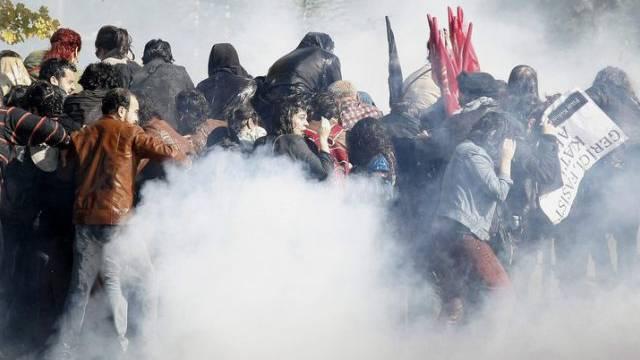 In Ankara setzt die Polizei Wasserwerfer gegen Demonstrierende ein