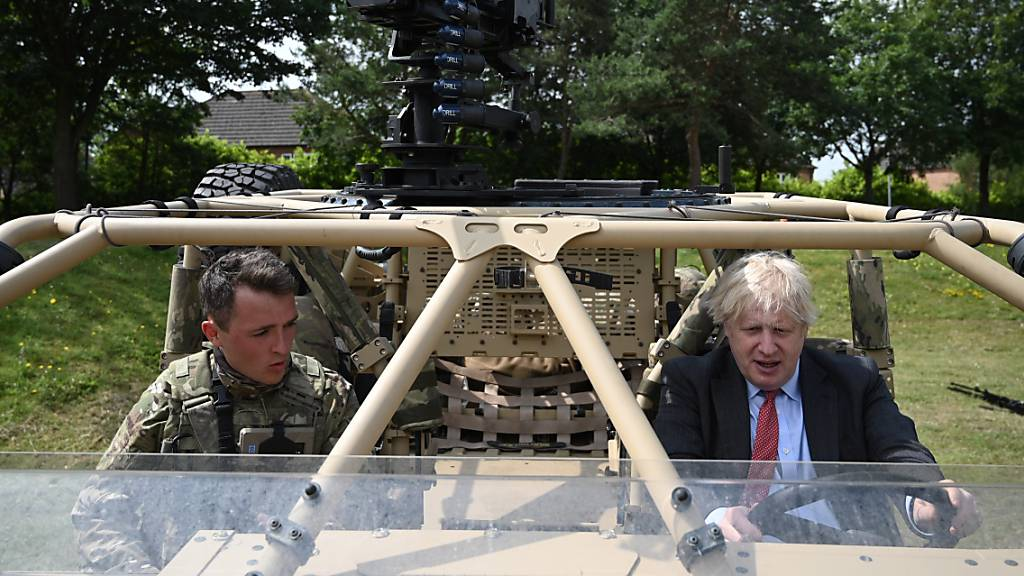 Boris Johnson (r), Premierminister von Großbritannien, in einem bewaffneten Militärfahrzeug einer neuen Infanterie-Einheit während eines Besuchs anlässlich der Woche der Streitkräfte. Foto: Daniel Leal-Olivas/PA Wire/dpa Foto: Daniel Leal-Olivas/PA Wire/dpa