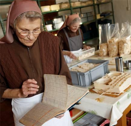 Fein säuberlich und handschriftlich führt Schwester Priska die Produktionsplanung der Hostienbäckerei.