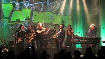 Irrwisch in Konzert (v.l.): Chris Bürgi, Adrian Wirz, Beat Escher, Josef Kissling, Andi Hürzeler, Sabine Hasler und Steff Bürgi auf der «Rössli»-Bühne in Balsthal.