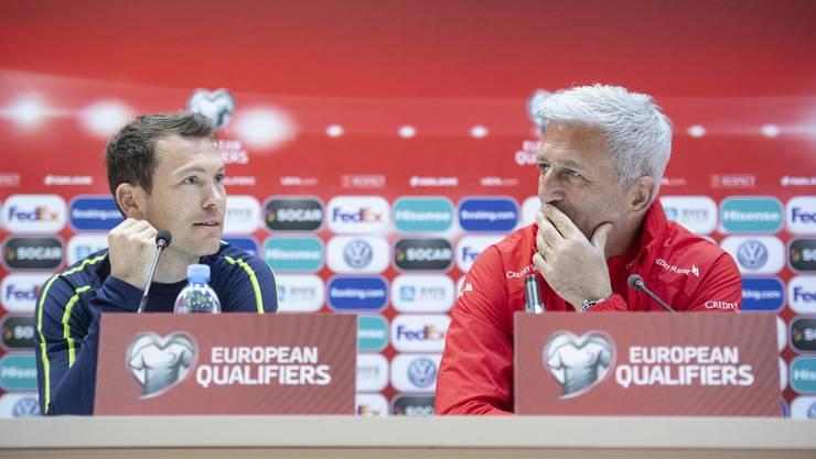 Stephan Lichtsteiner und Vladimir Petkovic an einer Medienkonferenz am 22. März 2019.