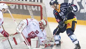 Lausannes Goalie Pascal Caminada hält einen Schuss des Zugers Carl Klingberg