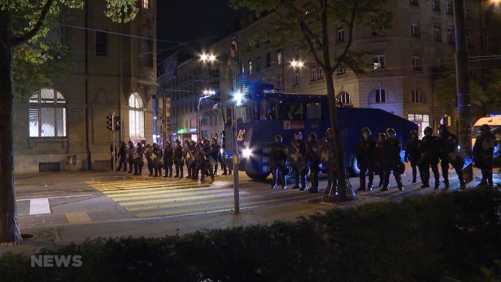 Polizisten schlagen vor laufender Kamera Demonstranten am Boden
