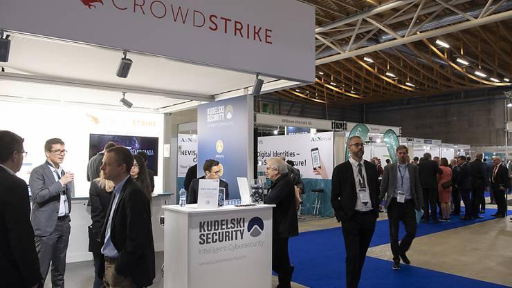 Besucher an einem der Stände der Swiss Cyber Security Days.