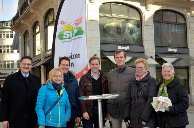 v.l. Stadt- und Gemeinderatskandidaten Christian Dietschi, Doris Känzig, Christian Werner, Philippe Ruf, Matthias Borner, Ursula Rüegg, Charlotte Kanzso