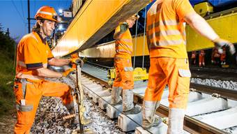 Gleisbauer am Werk: Das Bahnnetz in der Schweiz soll bis im Jahr 2035 für fast 13 Milliarden Franken ausgebaut werden.