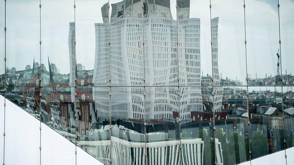 dpatopbilder - Die Universitätsklinik Charite mit dem Bettenhaus spiegelt sich in einer Bürohausfassade in Berlin-Mitte. In der Klinik wird der der russische Regierungskritiker Nawalny nach einer Vergiftung behandelt. Foto: Kay Nietfeld/dpa