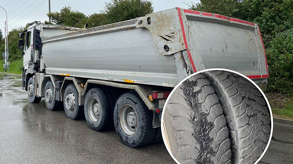 Reifen mit fortgeschrittenem Verschleiss: Die Freiburger Polizei zog einen Lastwagen aus dem Verkehr.