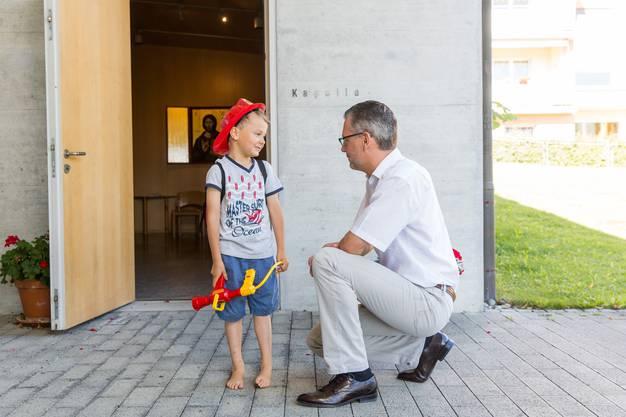 Auf dem Weg zur Kapelle ist Zeit für ein Gespräch mit Sohn Felix.