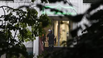 Ein schwer bewaffneter Mann ist am Samstag in eine Moschee in der Nähe der norwegischen Hauptstadt Oslo eingedrungen und hat einen Menschen mit Schüssen verletzt.