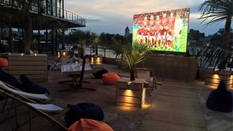 Mit den Füssen im Sand: Auch in der Sandoase am Kleinhüninger Hafen werden Fussball-Spiele gezeigt.