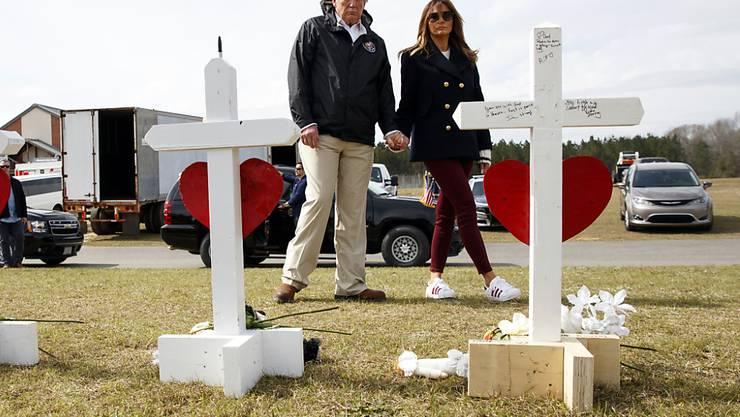 US-Präsident Donald Trump und seine Frau Melania gedenken der 23 Toten der Tornados im US-Bumndesstaat Alabama.