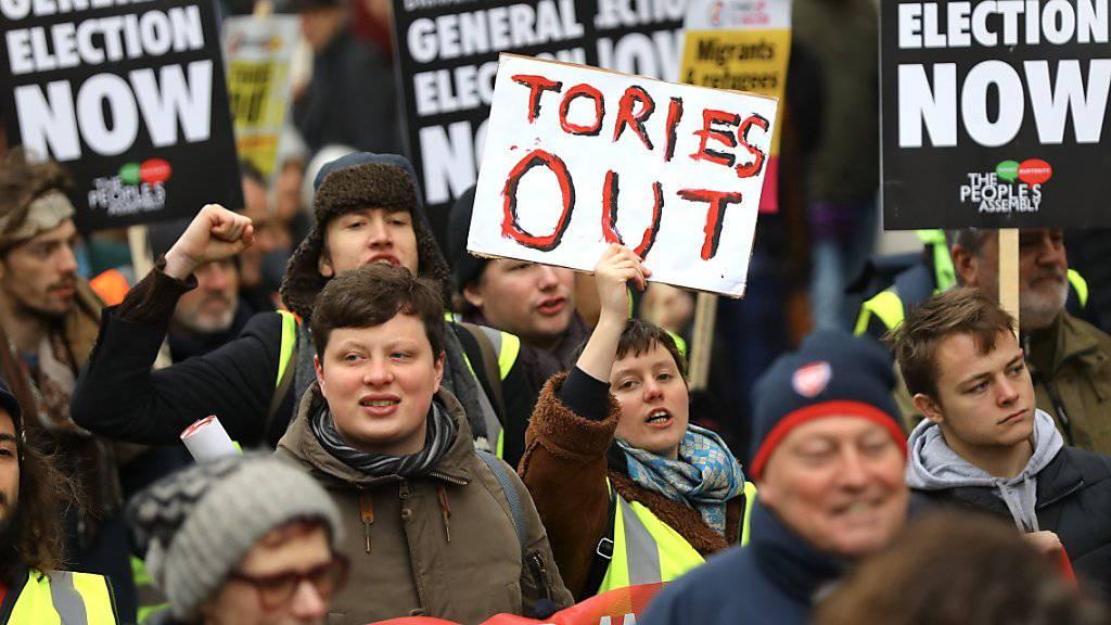 Tausende Demonstranten fordern in London Neuwahlen.