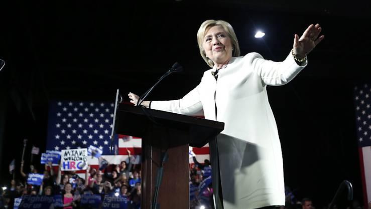 """Der """"Super Tuesday"""" hat Hillary Clinton wichtige Siege eingebracht. Doch der Wahlkampf geht weiter: Konkurrent Bernie Sanders kündigte an, seine Kampagne nicht zu beenden."""
