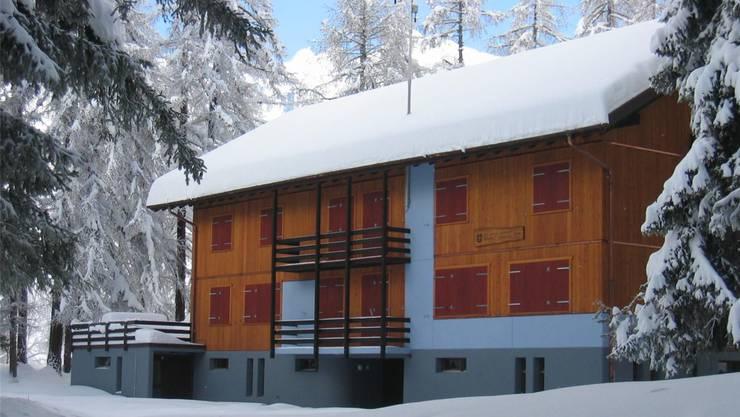 Von Wald umgeben: So präsentiert sich das Ferienhaus Wilera.
