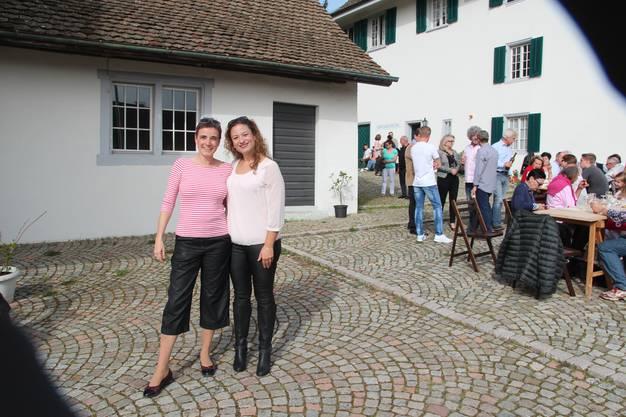 Die nicht gewählten Kandidatinnen Antje Horvath (links, RPK) und Georgia Husistein (Schulpflege) liessen sich die Stimmung nicht verderben.