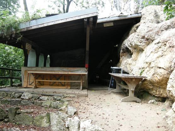 Der Unterstand zur Grillstelle steht unter einem Felsvorsprung und ist so vor Steinschlag geschützt