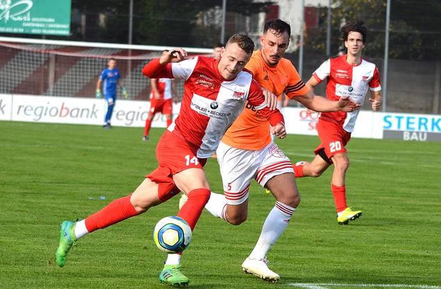 FC Solothurn Loris Vernocchi (l.) überläuft die Schötzer Abwehr.