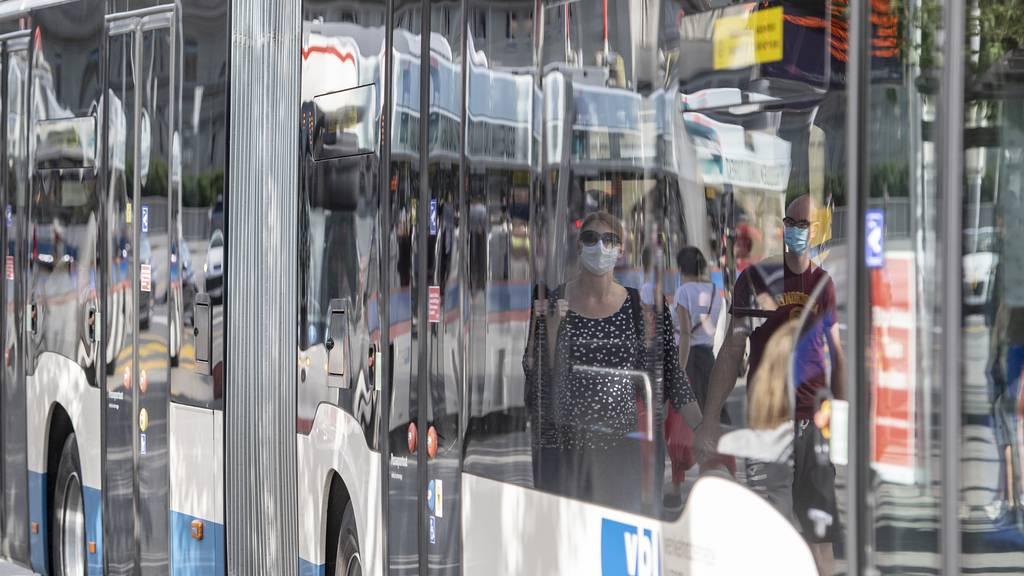 Buspassagierin stürzt bei Bremsmanöver und wird verletzt