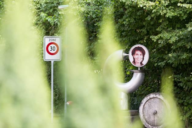 Leicht versteckt, steht in Merenschwand schon seit Jahren eine eigenwillige Skulptur der Bundesrätin aus dem Dorf, gefertigt von einem besonders begeisterten Fan.