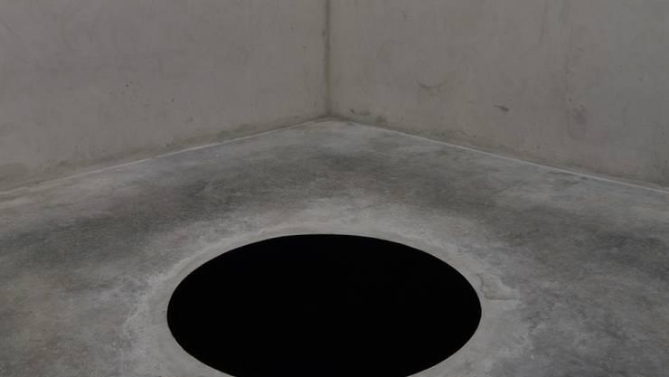 """""""Eingelocht"""": Die Installation """"Descent into Limbo"""" des Bildhauers Anish Kapoor wurde einem italienischen Museumsbesucher zum Verhängnis."""