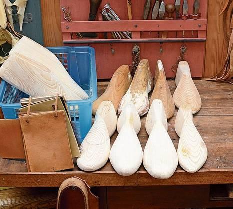Auch Schuhmodelle aus Holz findet man im Schuhmuseum Lausanne.