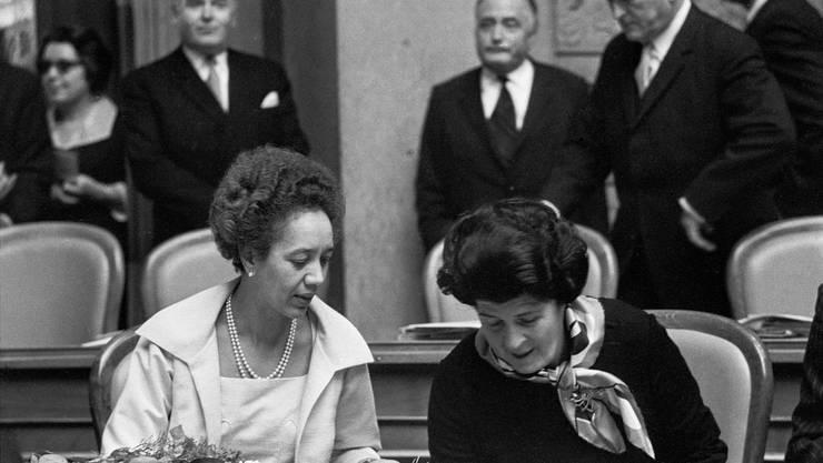 Tilo Frey (l.) und Liselotte Spreng von der FDP gehörten 1971 zu den ersten Frauen, die den Sprung in den Nationalrat schafften.