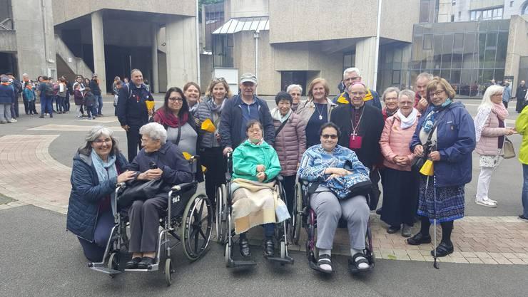 Einige Pilger des Lourdespilgervereins Baden und Umgebung mit Bischof Vitus Huonder