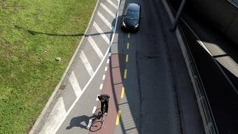 Velo und Auto teilen sich die Strasse: Auf der A18 eher unüblich. (Symbolbild)