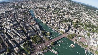 Zürich ist gerüstet für den Ansturm der Techno-Fans: Hunderttausende werden ab Samstagmittag rund ums Seebecken feiern und tanzen. (Archivbild)
