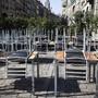 Tische und Stühle stehen vor einem geschlossenen Restaurant in Bern.