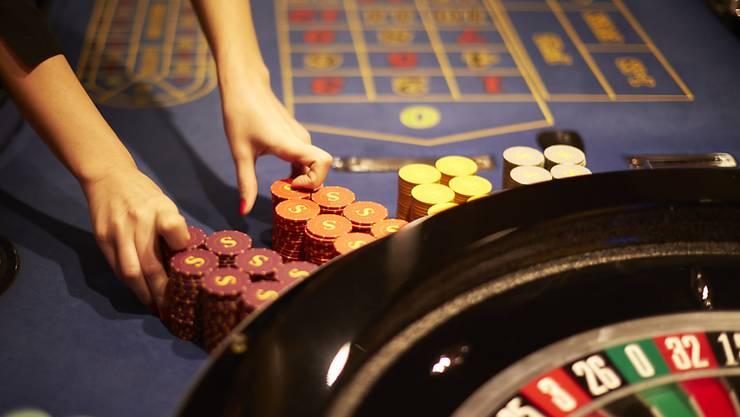 Die Frage, ob Glückspilze, die im Casino oder im Lotto Gewinne einstreichen, dem Fiskus Geld abliefern müssen, bleibt offen. National- und Ständerat sind sich weiterhin nicht einig. (Symbolbild)