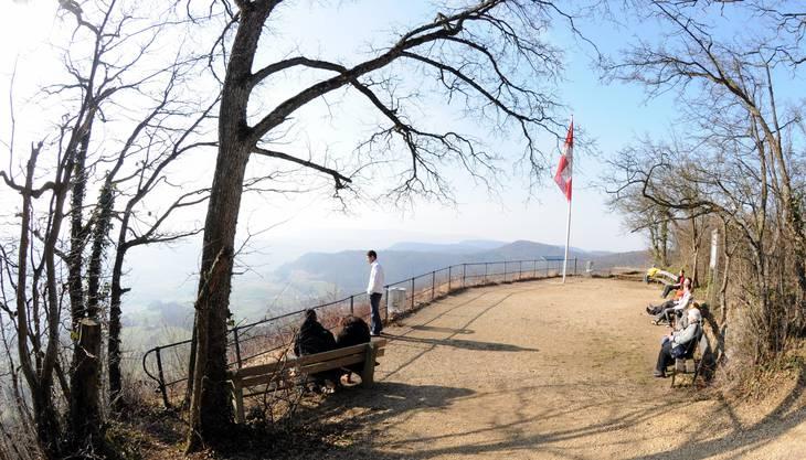 Der 20-minütige Spaziergang hinauf zur Sissacherfluh wird mit einem schönen Panorama-Ausblick aufs Baselbiet belohnt. Neben dem Aussichtspunkt können die angefressenen Historiker auch die Ruine Sissacherfluh bewundern, von der leider nur noch einige Mauerreste übrig sind.