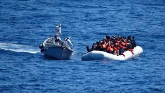 Die Flüchtlinge waren auf mehreren Schlauchbooten auf dem Weg in Richtung Europa, als sie in Seenot gerieten. (Archiv)